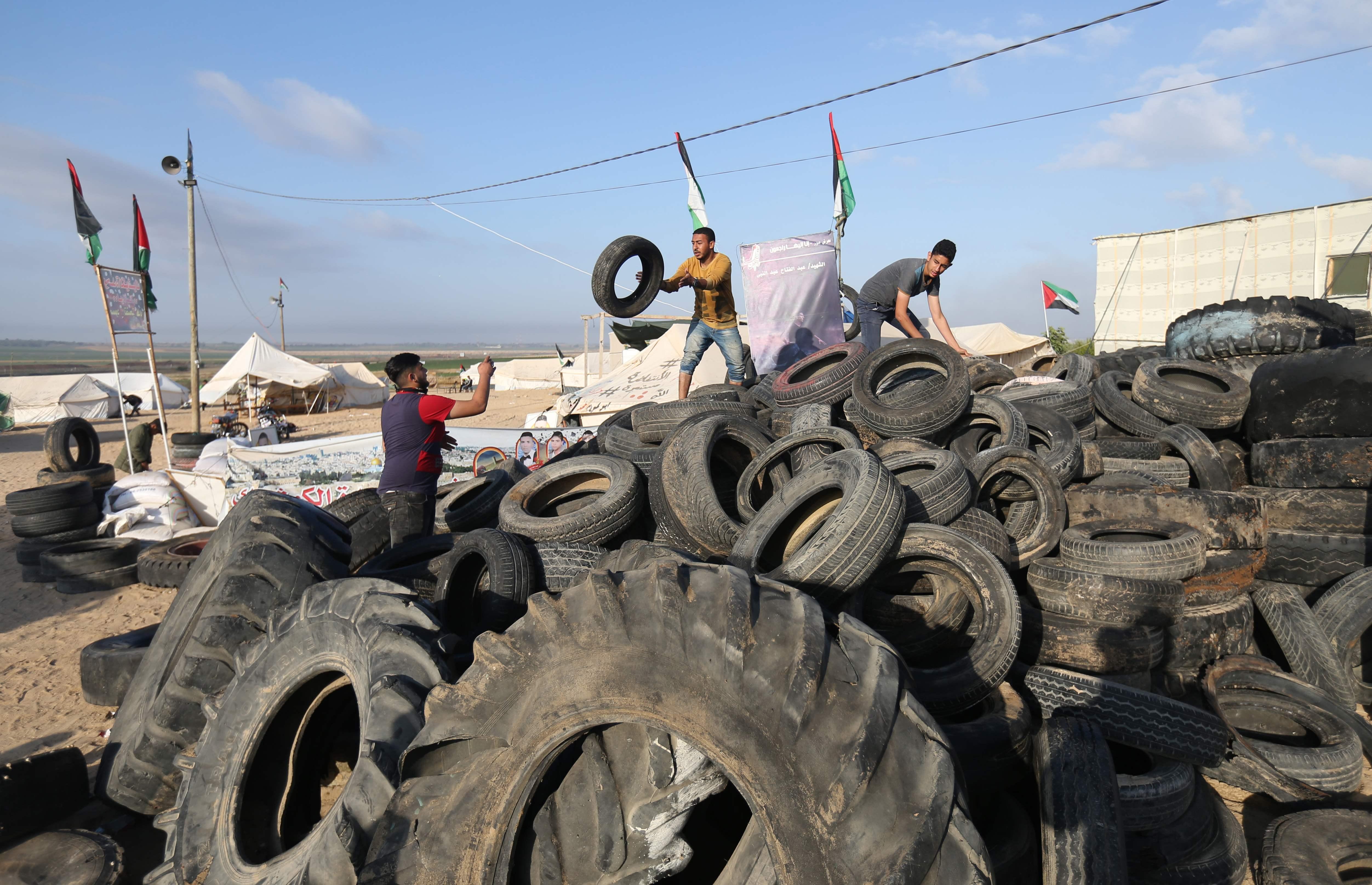 عشرات اطارات الكاوتش لدى الفلسطينيين قبل المظاهرات