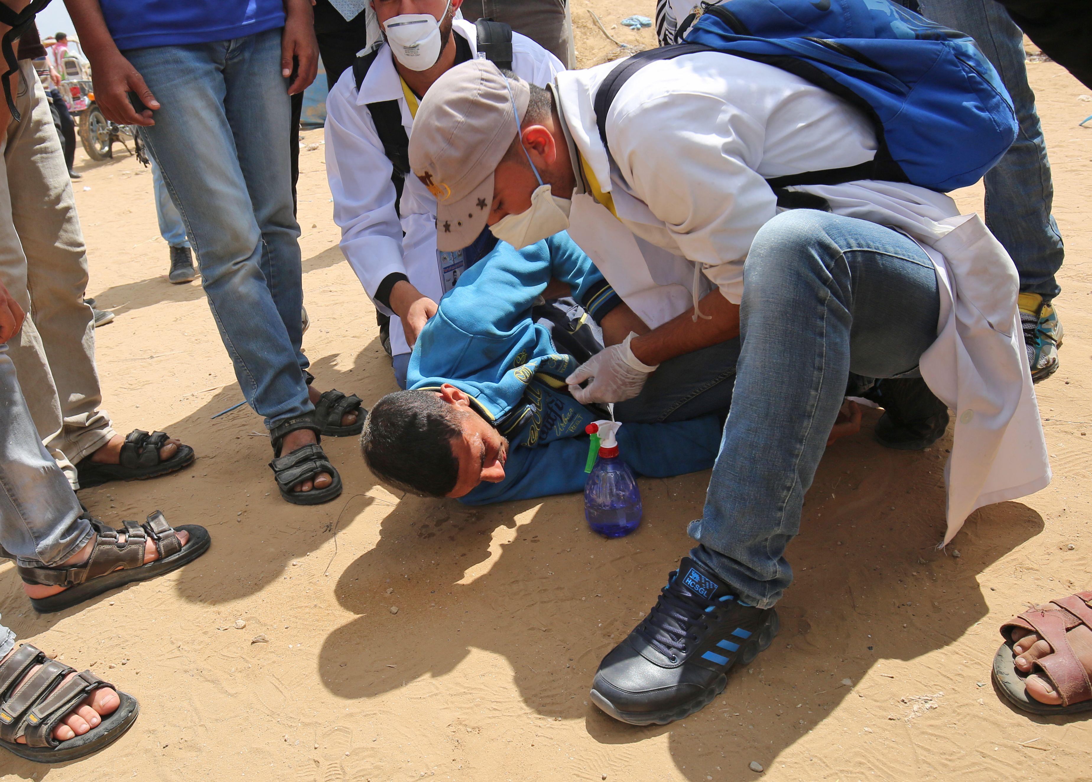 فلسطينى يصاب باختناق بسبب الغاز الاسرائيلى