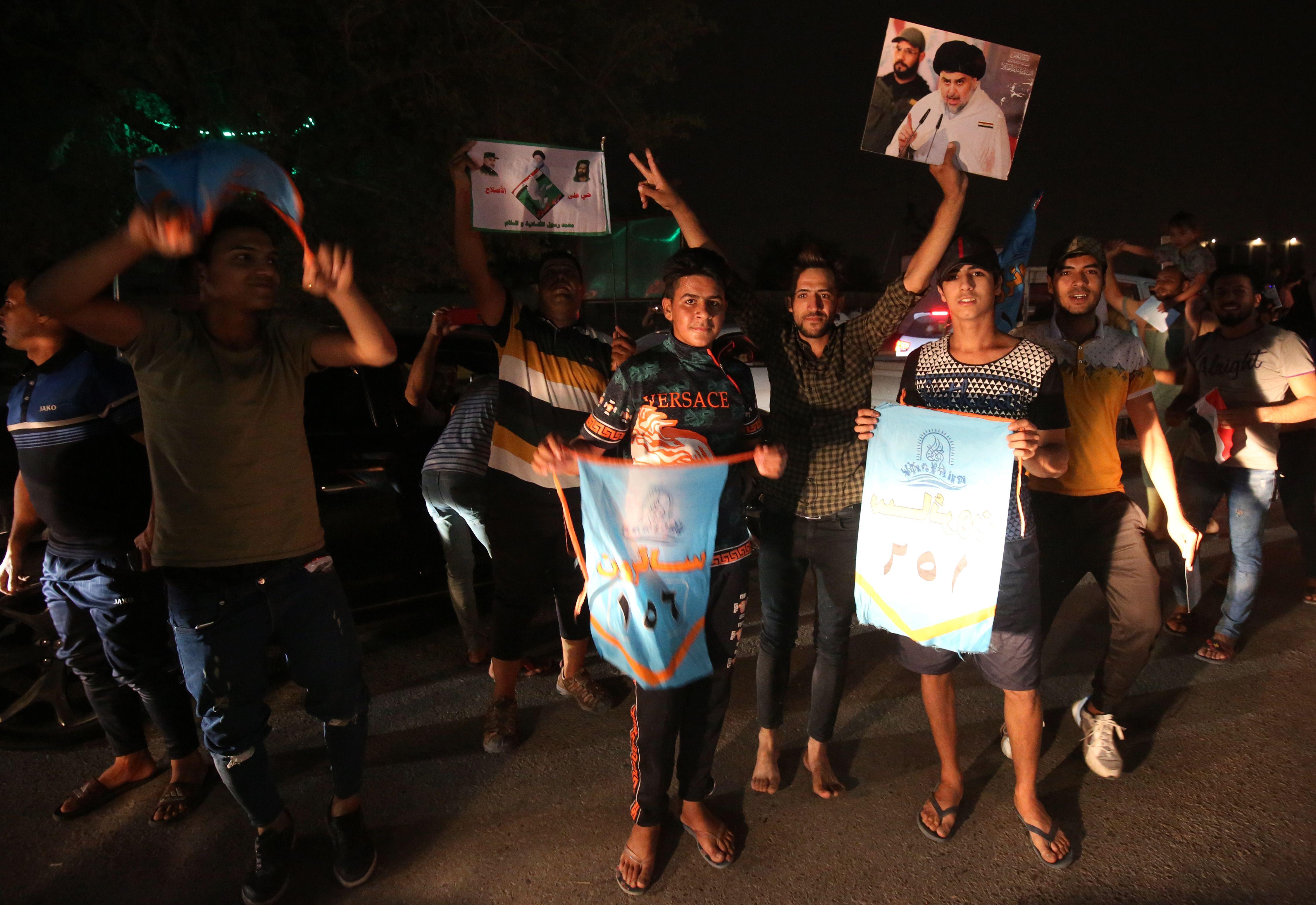 أنصار مقتدى الصدر يحتفلون بالتقدم فى نتائج الانتخابات التشريعية
