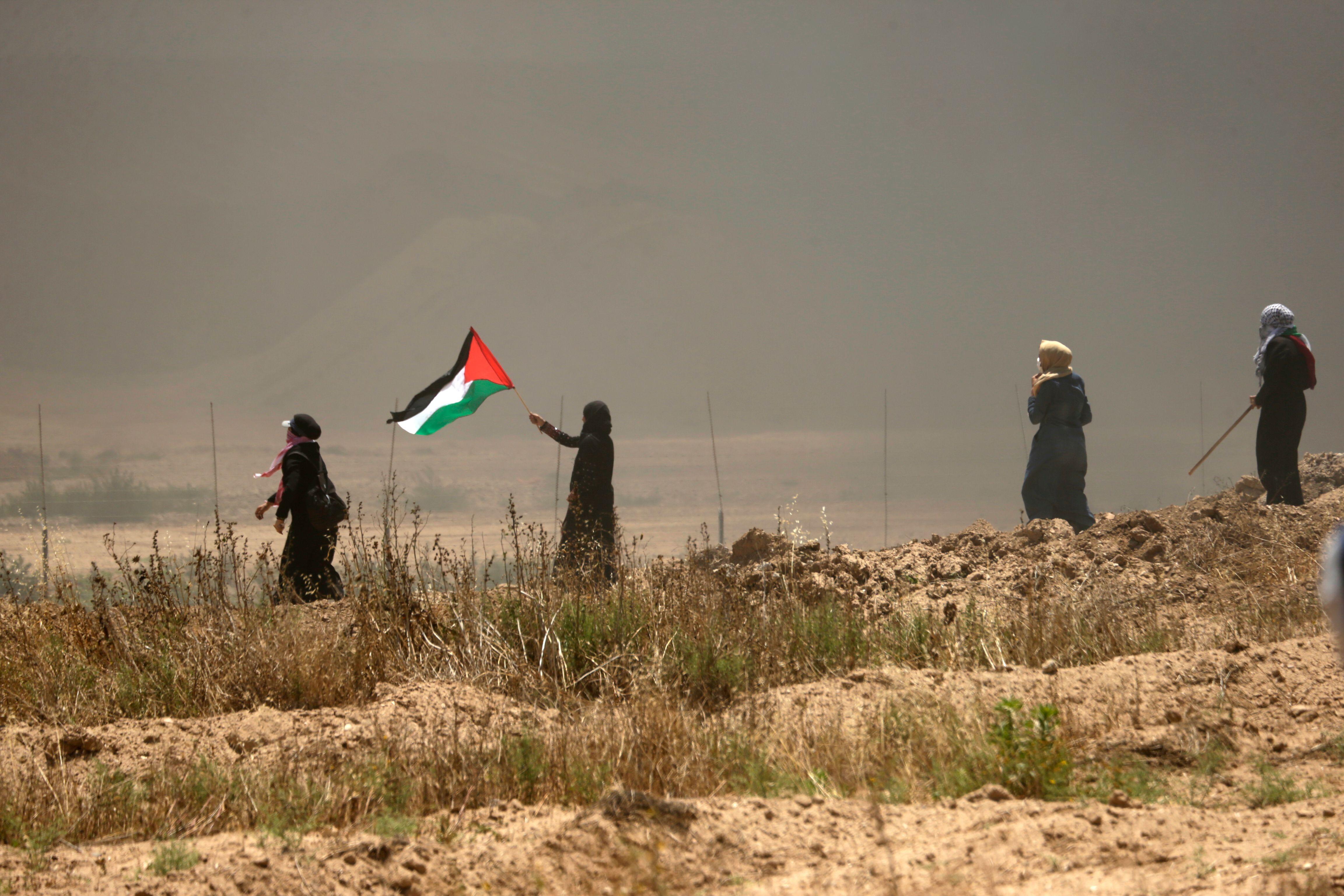فلسطينيات يتظاهرن على حدود غزة فى مواجهة الاحتلال