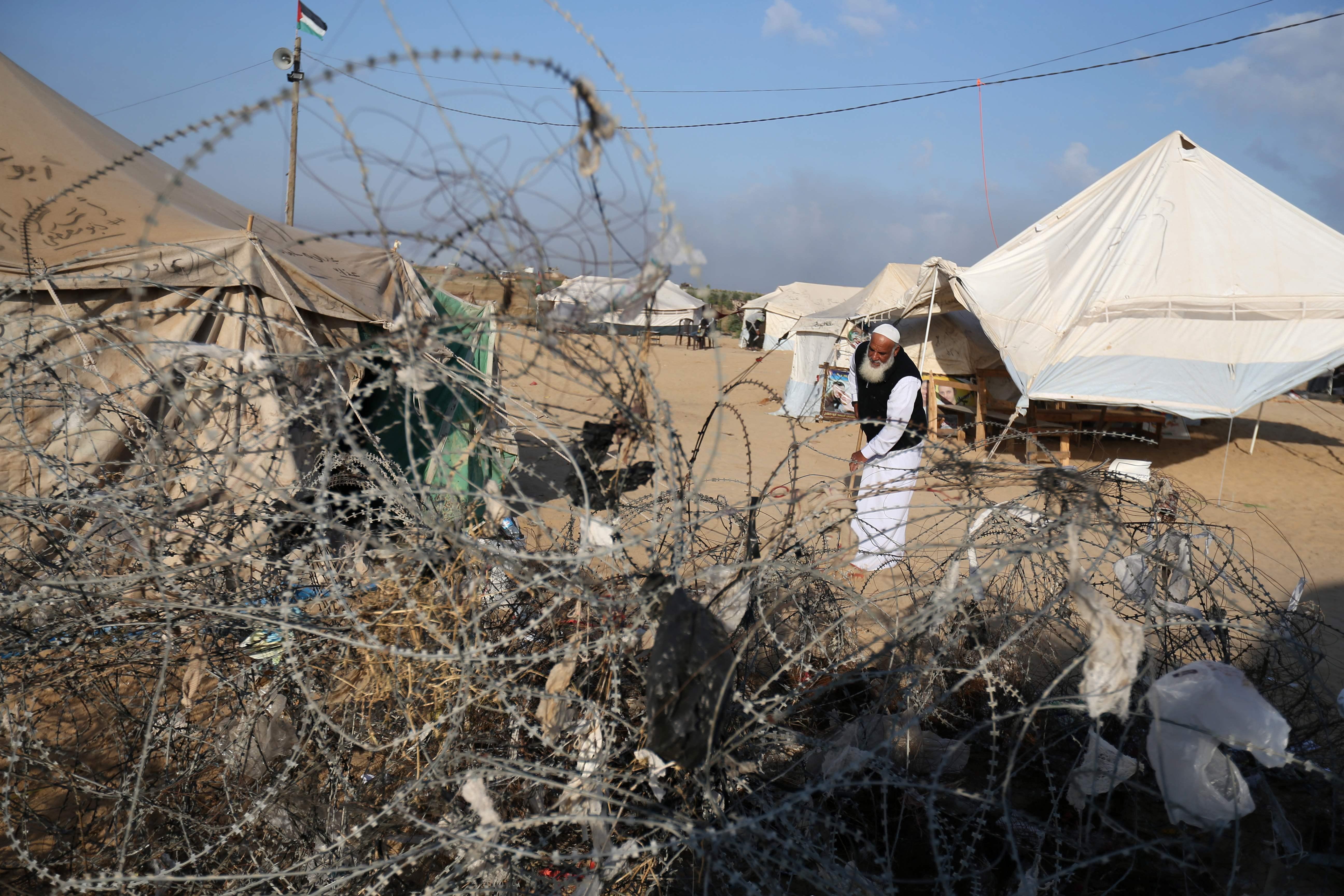 فلسطينيون سحبوا السلك الشائك من أمام السياج الحدودى