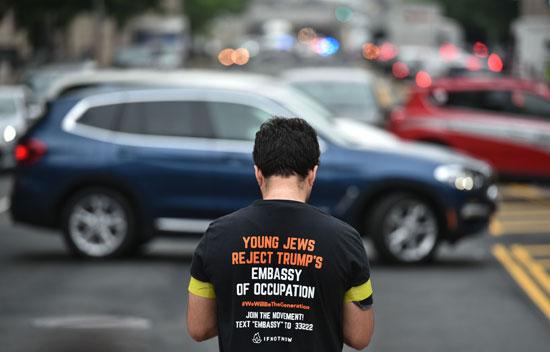 متظاهر أمريكى يرتدى تى شيرت ضد نقل السفارة للقدس