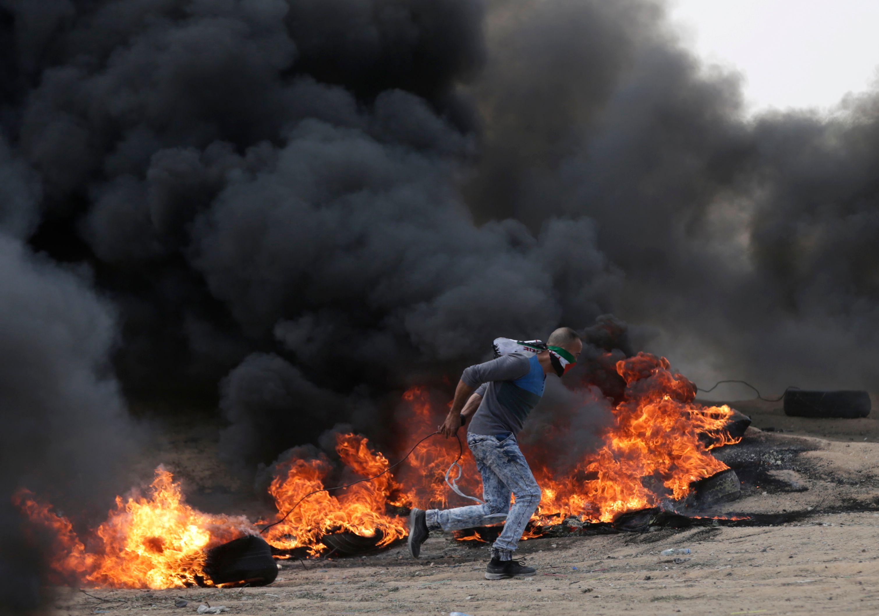 دخان كثيف فى سماء قطاع غزة خلال مظاهرات الفلسطينيين