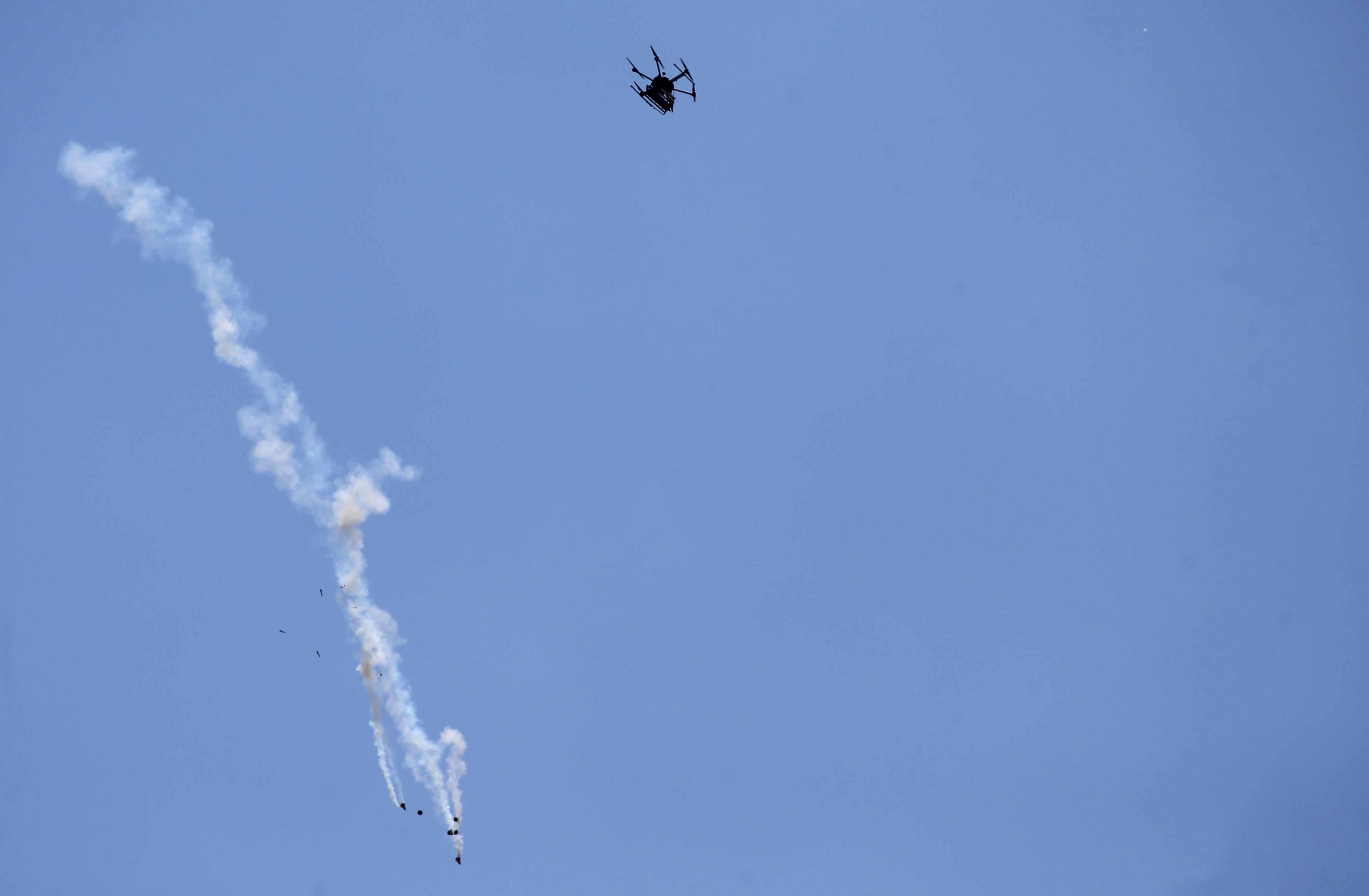 طائرة إسرائيلية تطلق القنابل على متظاهرين فلسطينيين