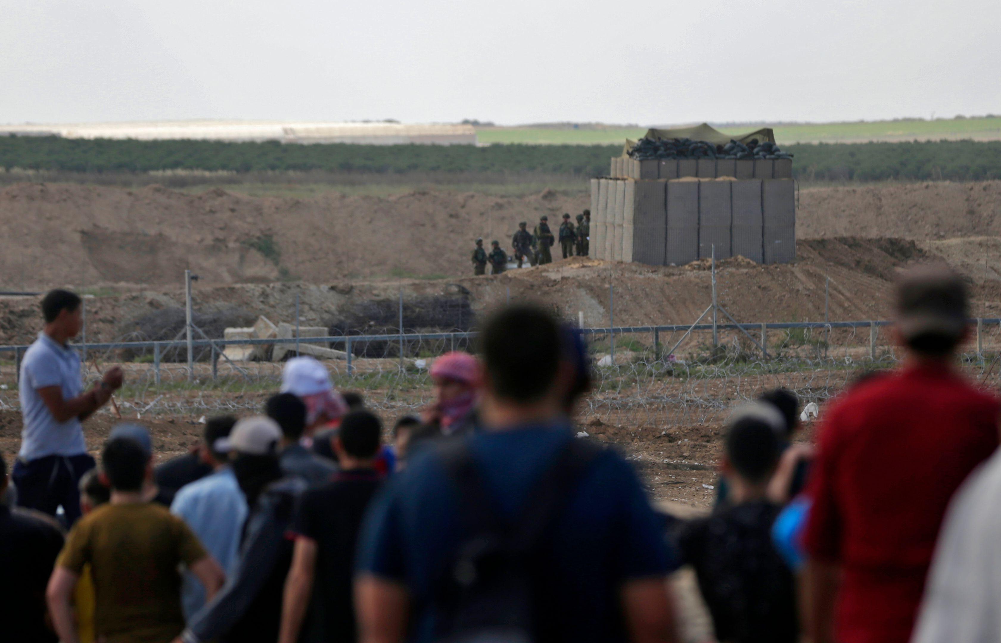 قوات الاحتلال تواجه الفلسطينيين على حدود غزة