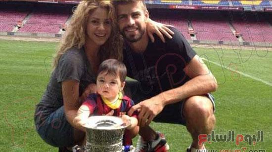 بيكيه مع عائلته