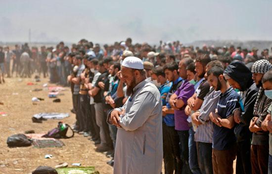 آلاف الفلسطينيين يصلون على حدود غزة فى مواجهة الاحتلال