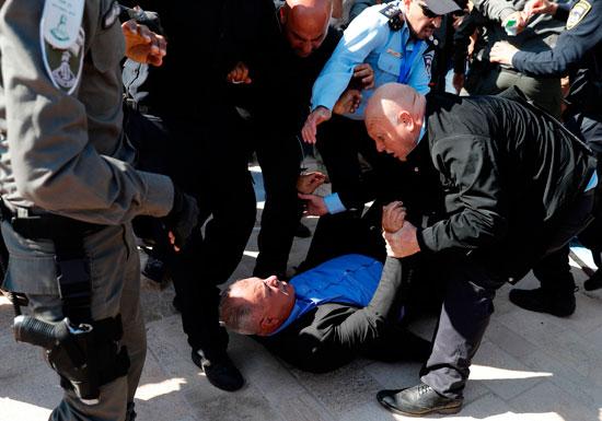 شرطة الاحتلال تعتدى على متظاهرين فلسطينيين فى القدس