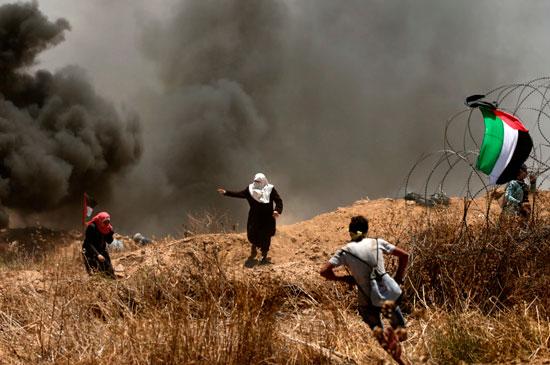 سيدات فلسطينيات فى مواجهة جنود الاحتلال بقطاع غزة