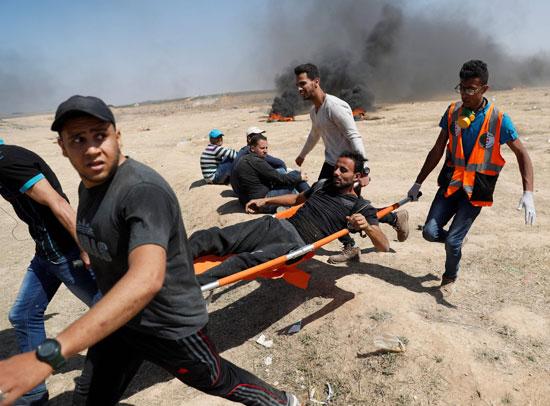 الإسعاف تنقل مصاب فلسطينى على حدود غزة