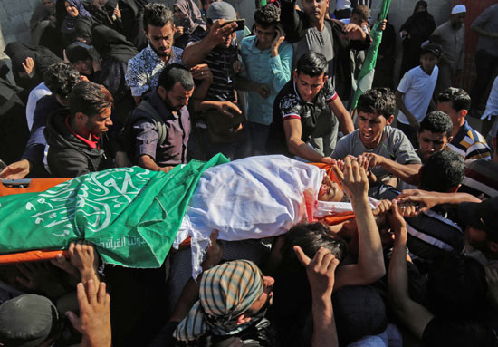 فلسطينيون يشيعون الجثمان