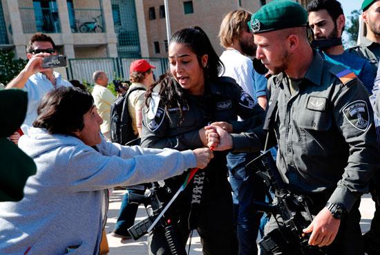 جندى إسرائيلى يعتدى على متظاهرة فلسطينية فى القدس