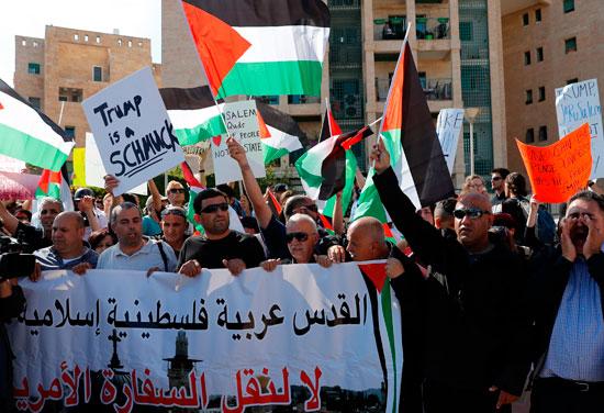 مئات الفلسطينيين يتظاهرون فى القدس ضد نقل سفارة أمريكا