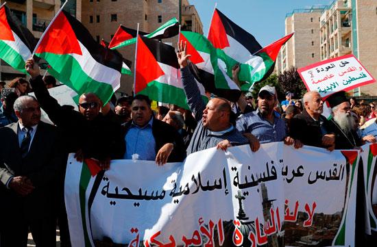 فلسطينيون يرفعون لوحات القدس عربية أمام سفارة أمريكا