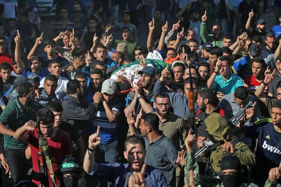 فلسطينيون يشيعون جثمان الشهداء