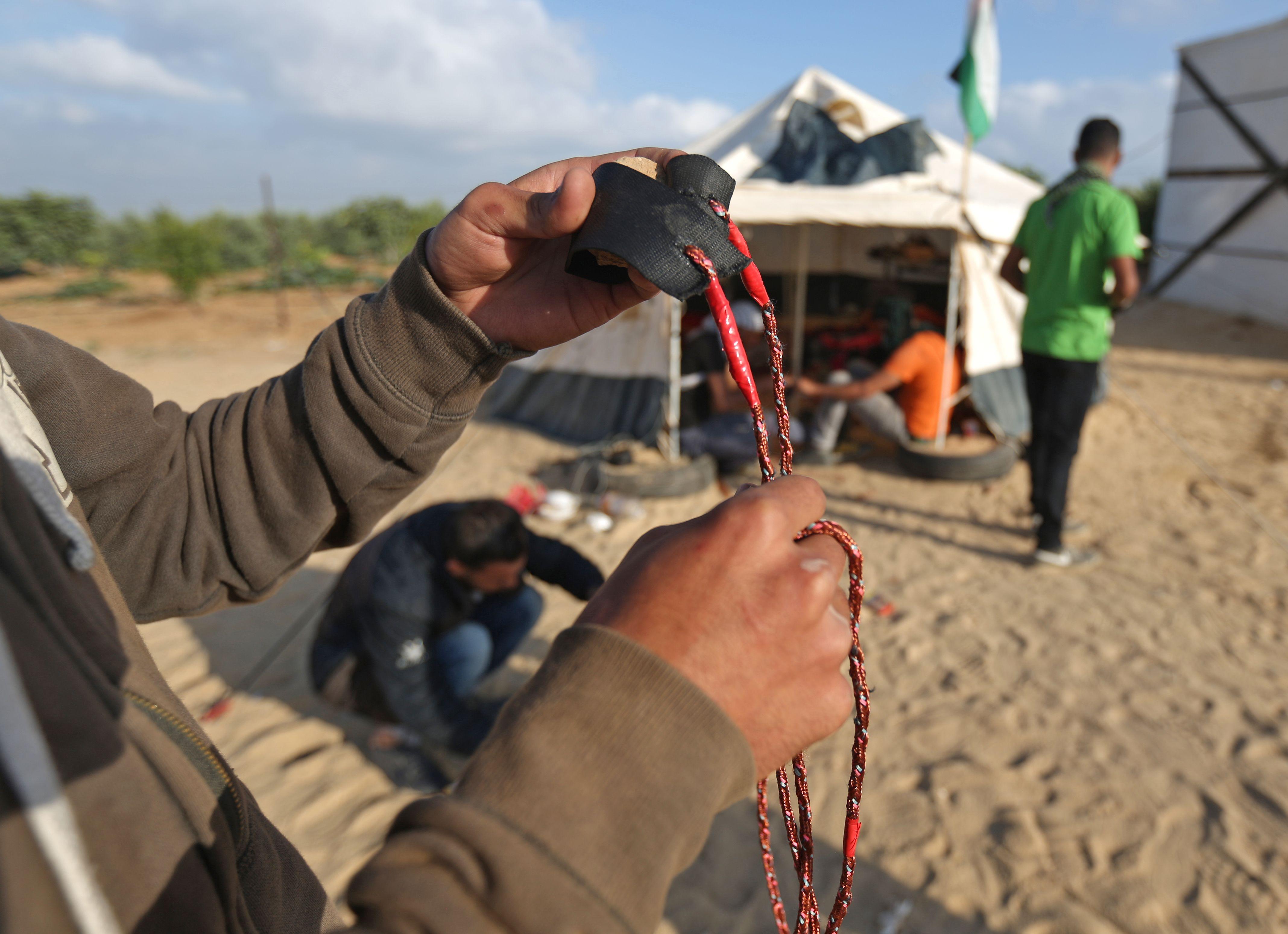 فلسطينى يعد نبلته لمواجهة قوات الاحتلال فى غزة