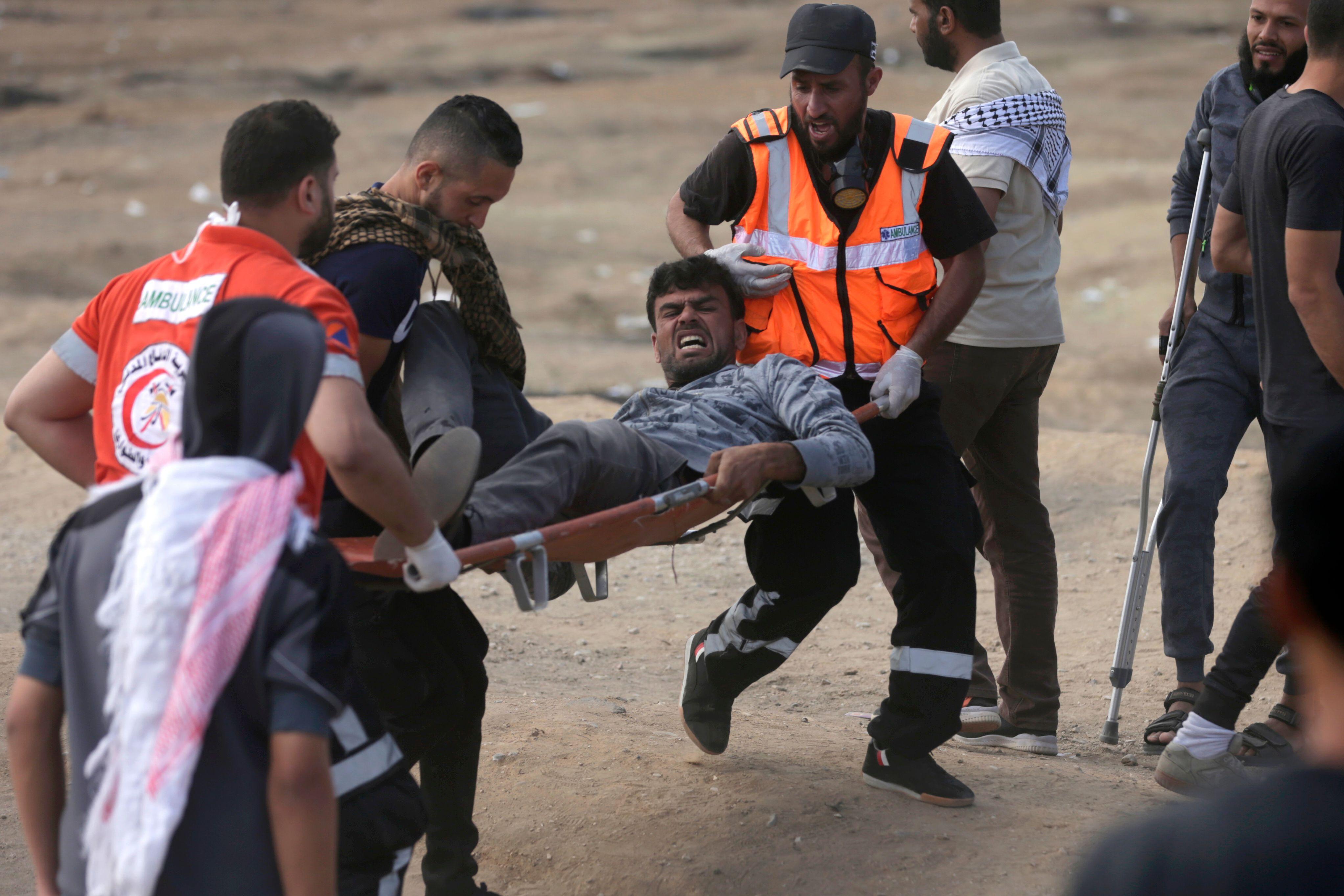 نقل مصاب فلسطينى فى مواجهات مع قوات الاحتلال