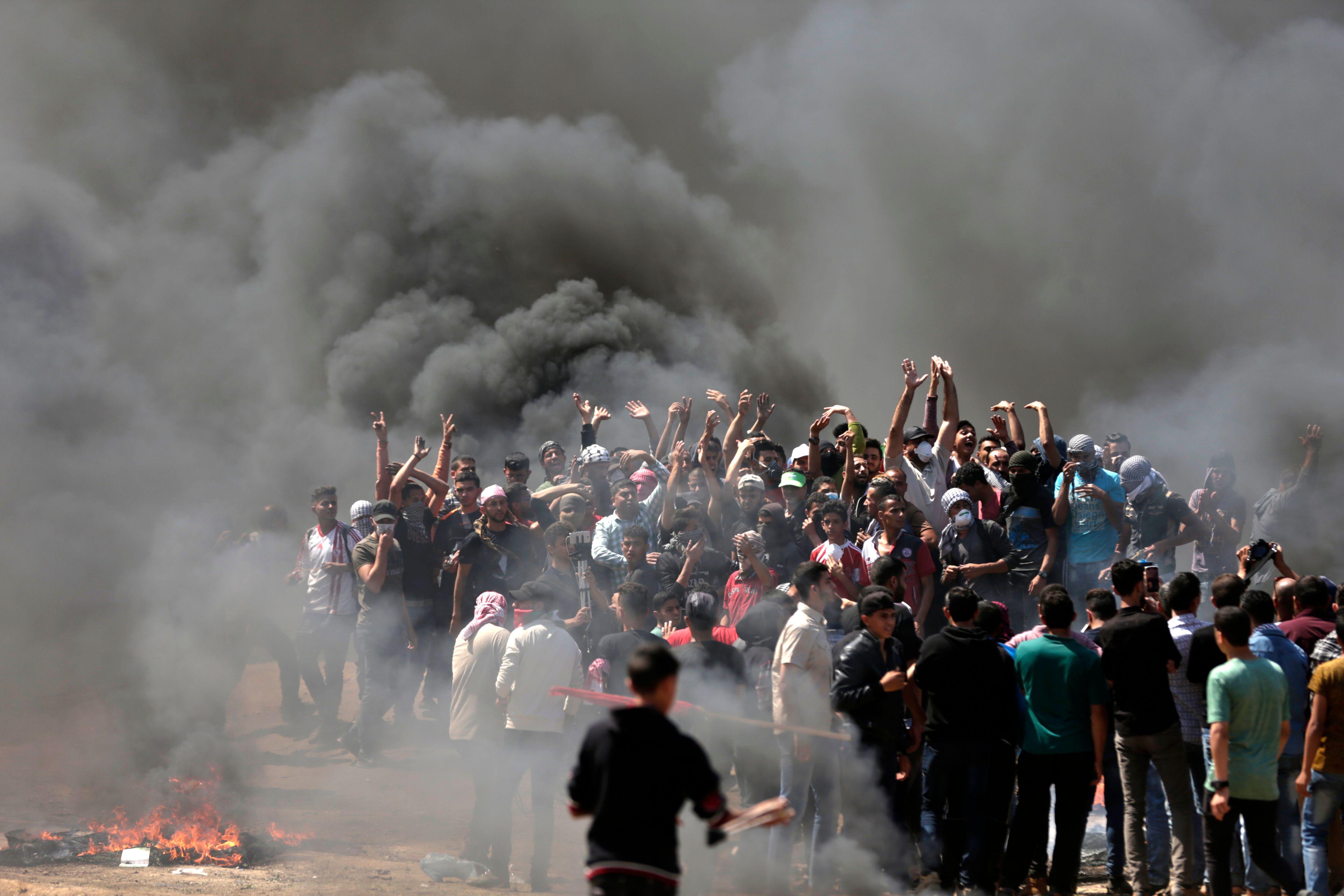 تجمع مئات الشباب الفلسطينى على القطاع الحدود لغزة