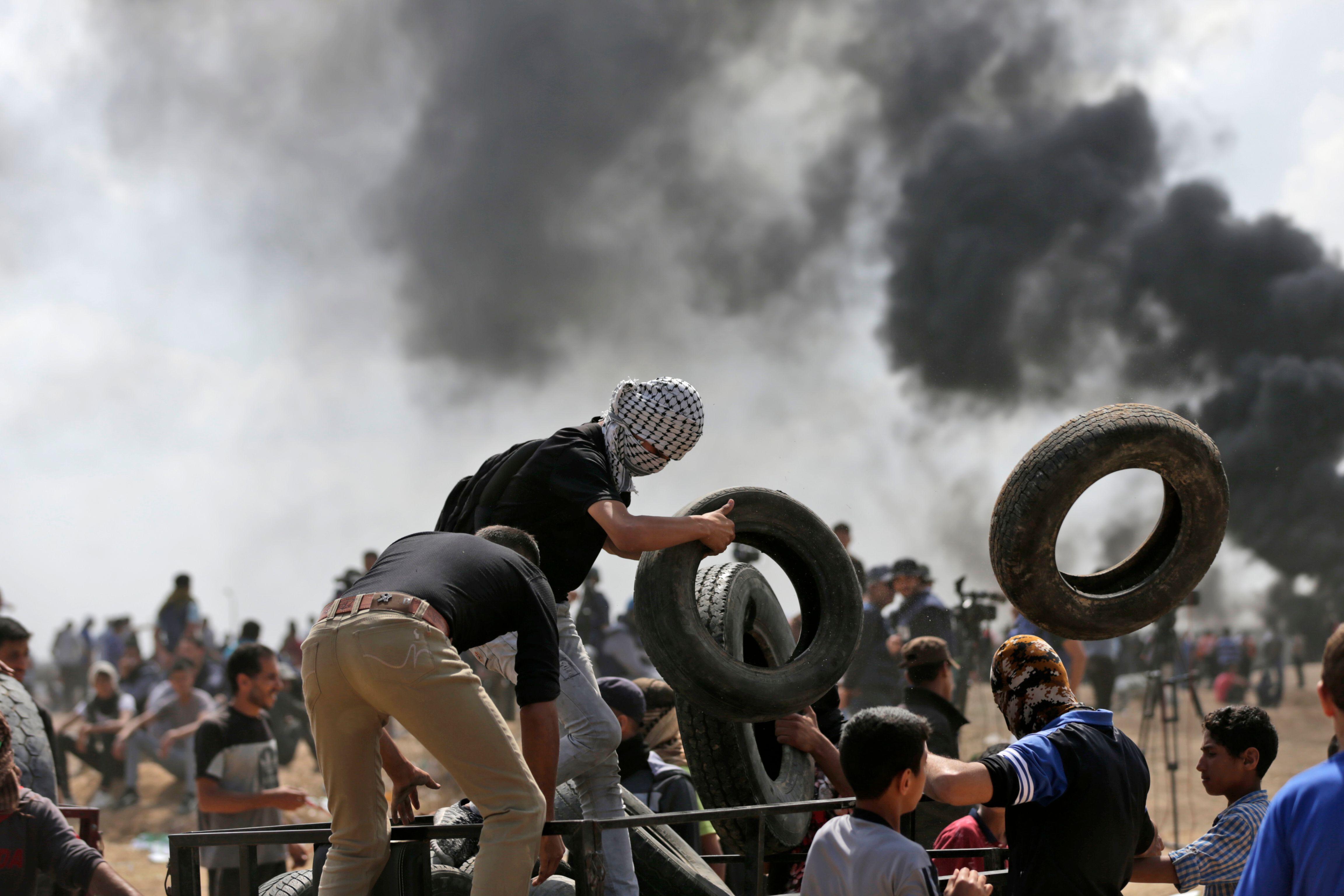 اشعال النيران فى اطارات الكاوتش على حدود غزة