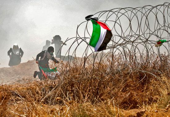 فلسطينيون يواجهون قوات الاحتلال على حدود غزة