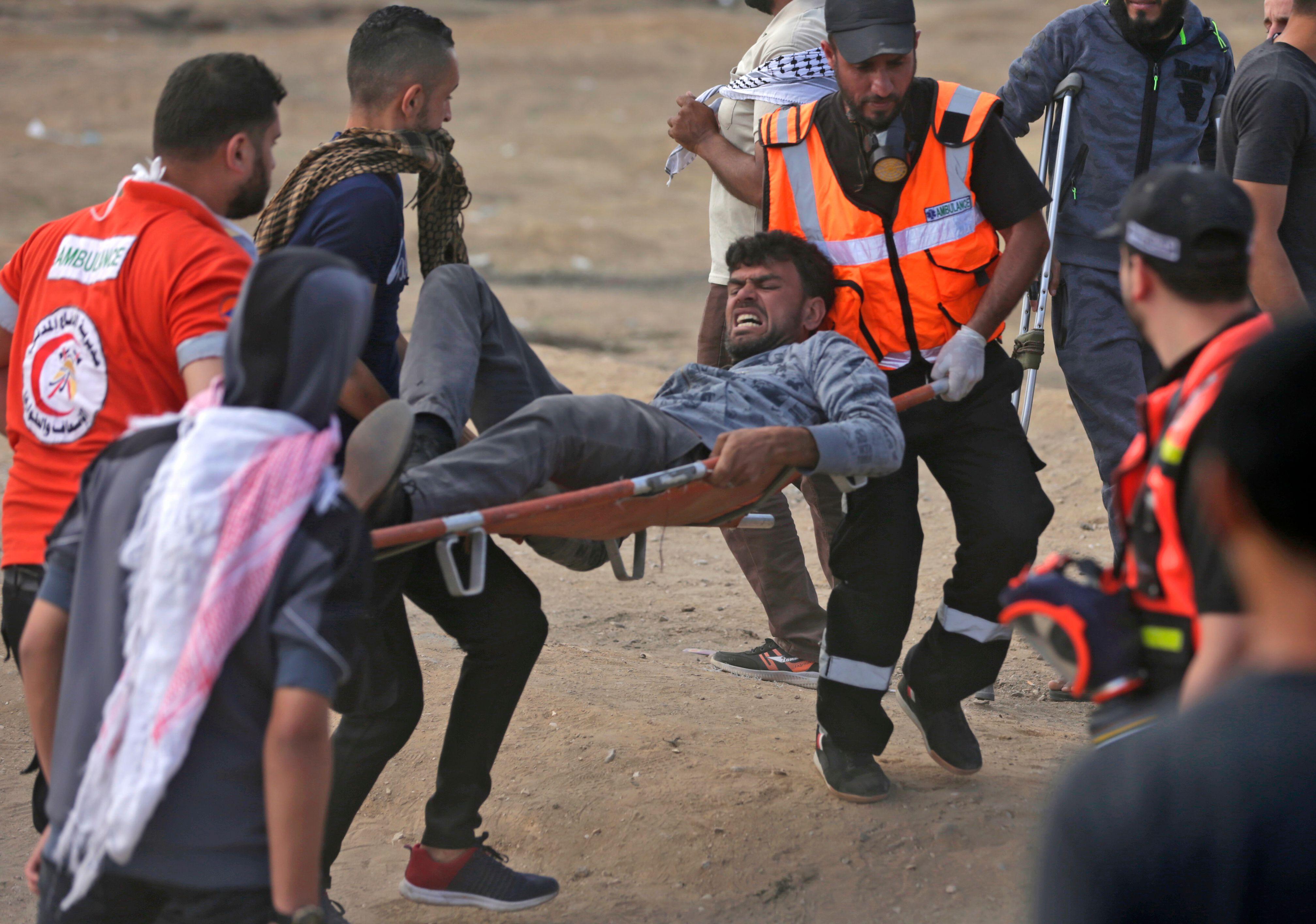 الإسعاف تنقل مصاب فلسطينى برصاص الاحتلال فى غزة