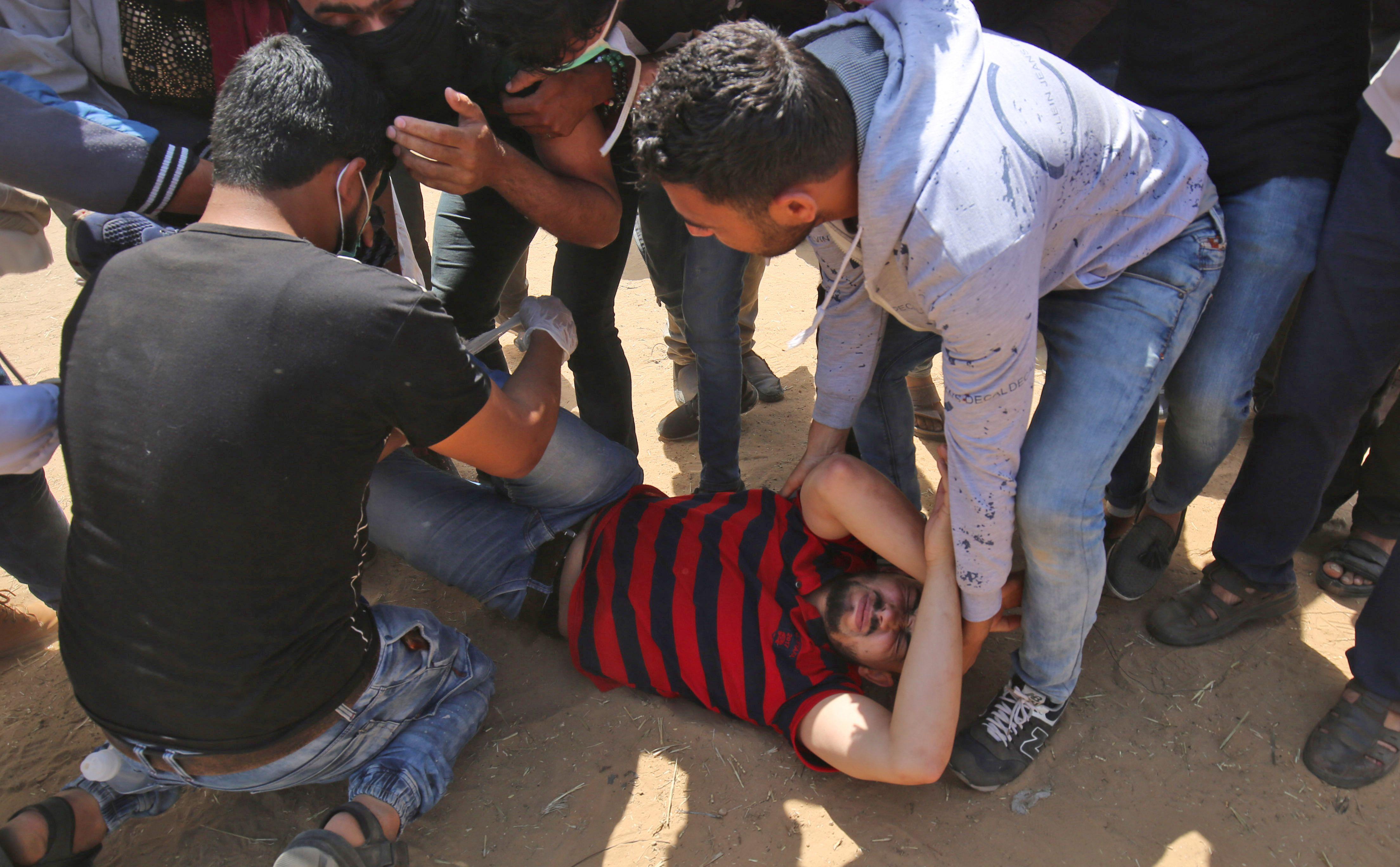 إسعافات أولية لمصاب فلسطينى على حدود غزة