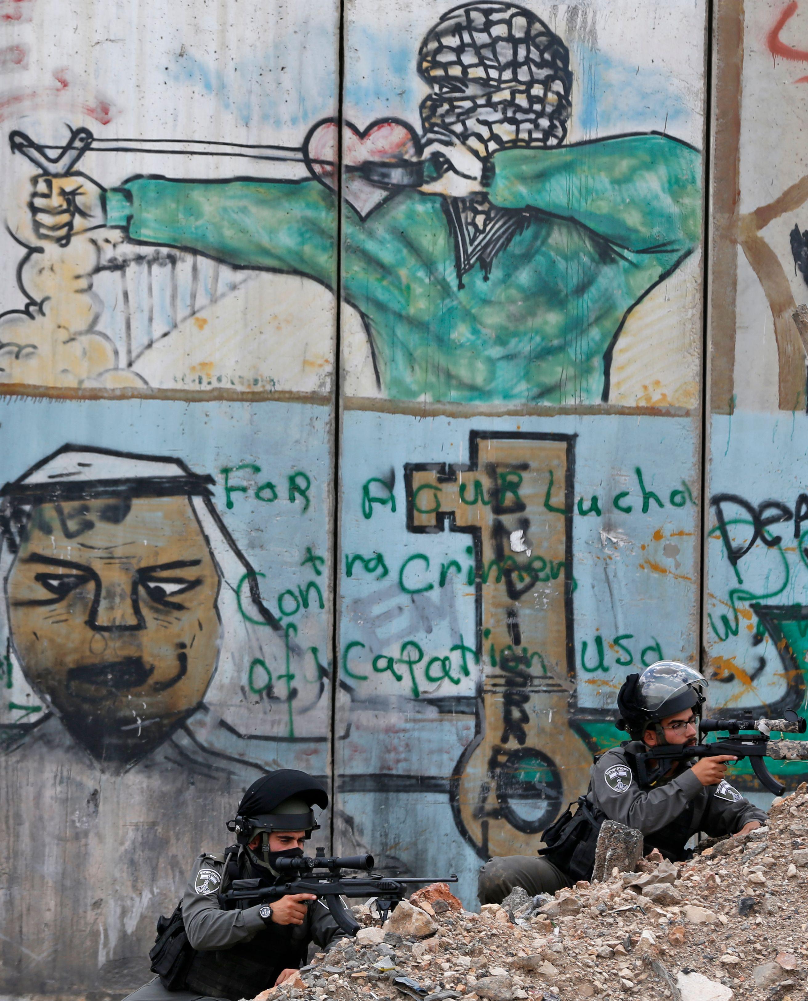 قناصة إسرائيليين يطلقون الرصاص على متظاهرين فلسطينيين