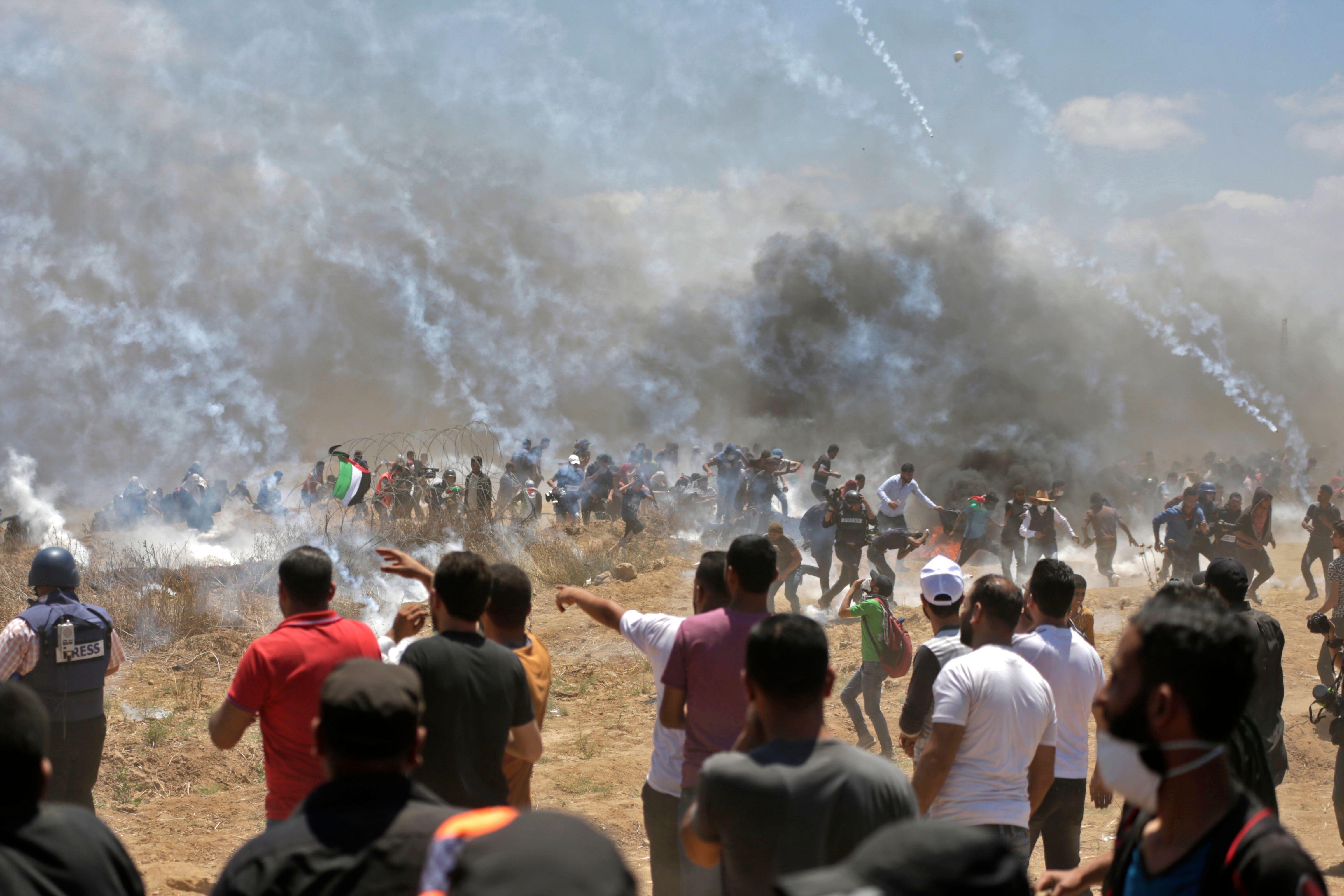 الفلسطينيون يواجهون رصاص الاحتلال بالحجارة