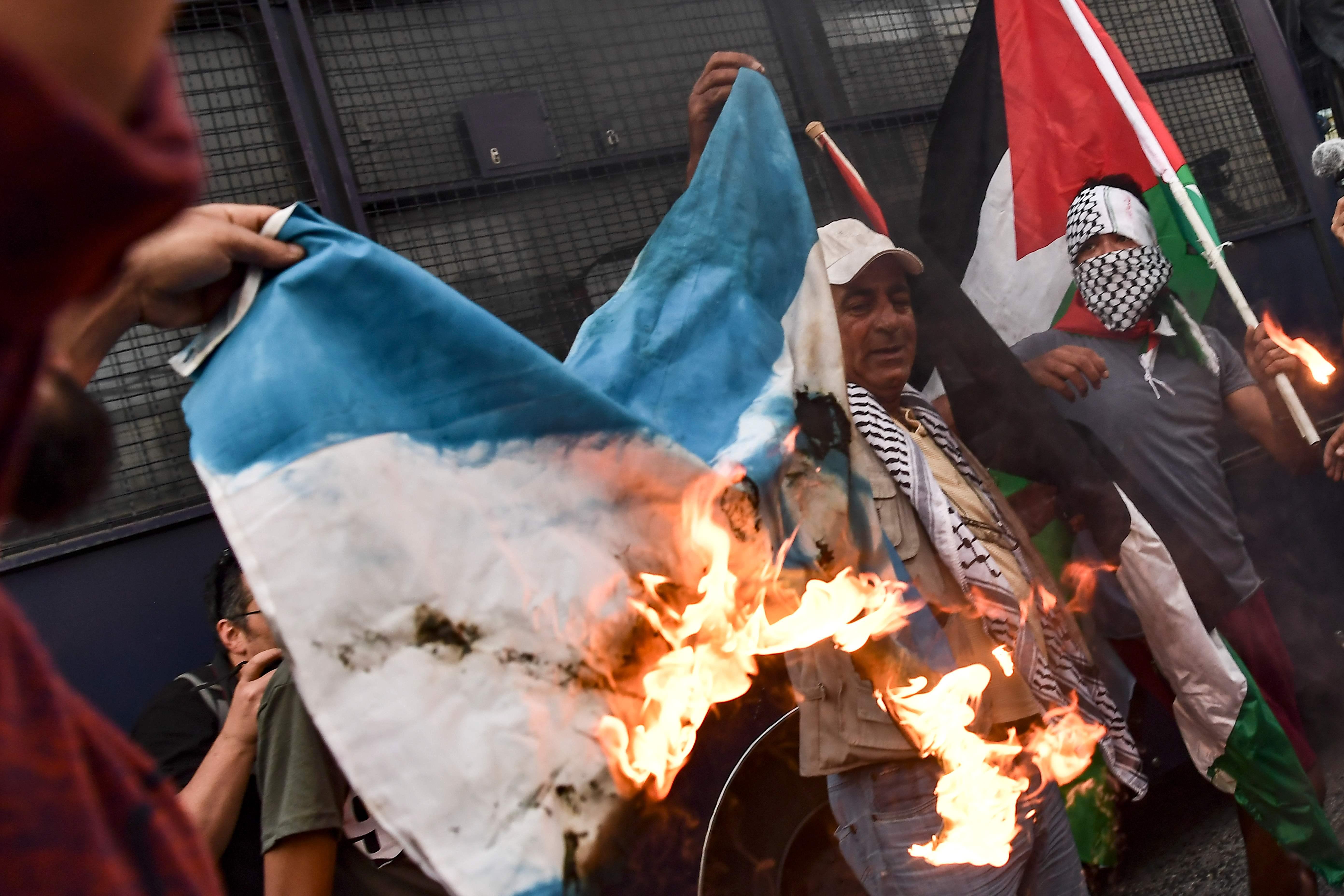 حرق العلم الإسرائيلى فى اليونان