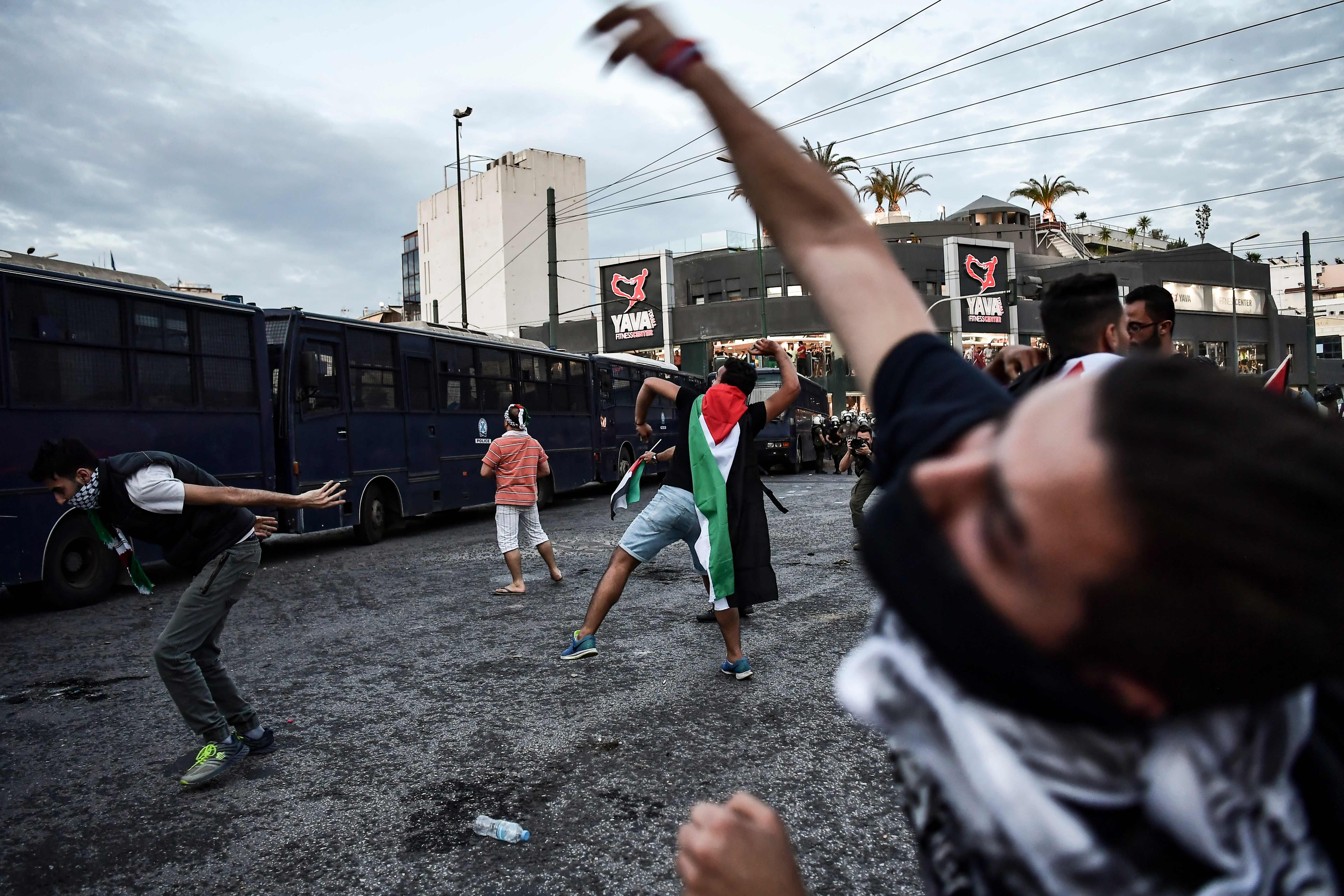 رشق السفارة الإسرائيلية بالحجارة