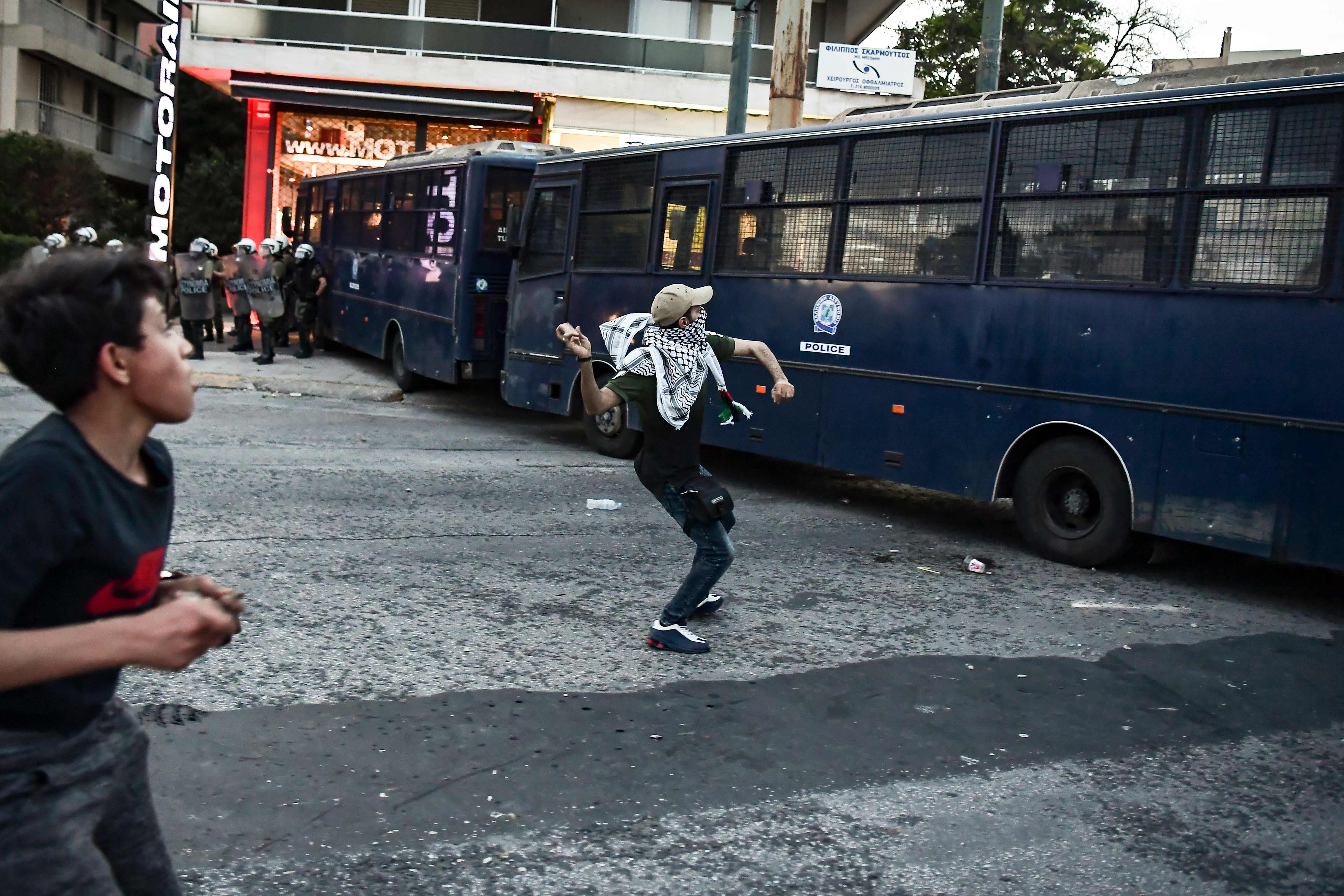 متظاهرون يرشقون السفارة الإسرائيلية بالحجارة فى اليونان