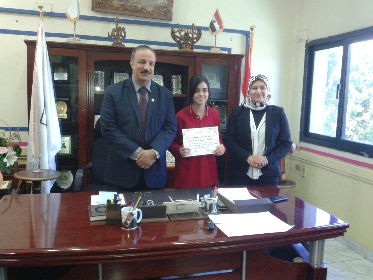 2- وكيل الوزارة ووكيل المديرية مع احدى الطالبات المكرمات