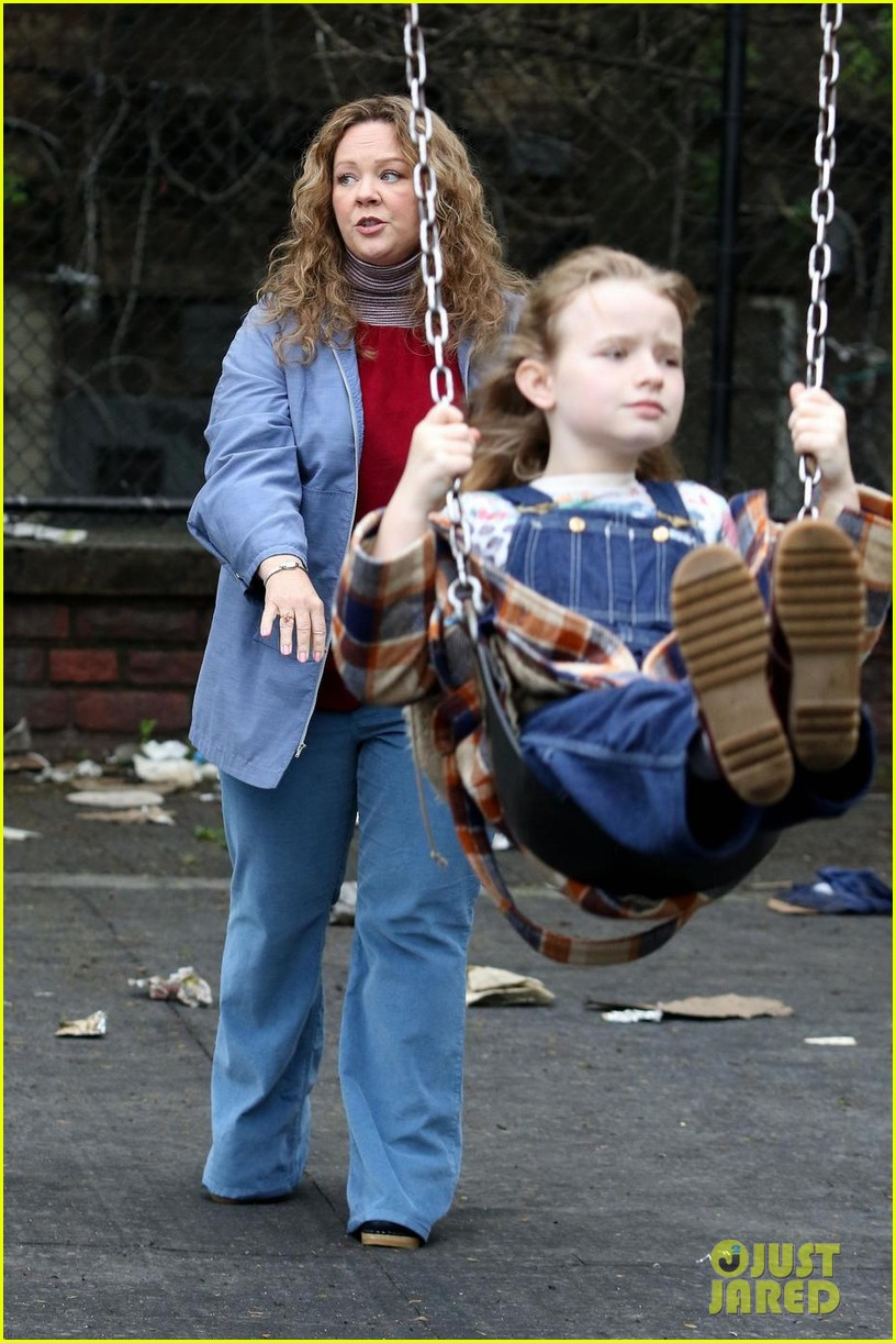 melissa-mccarthy-pushes-on-screen-daughter-on-swing-while-filming-the-kitchen-04