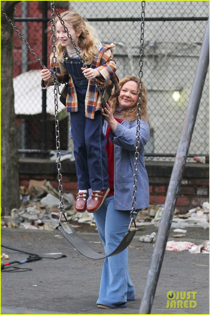 melissa-mccarthy-pushes-on-screen-daughter-on-swing-while-filming-the-kitchen-02