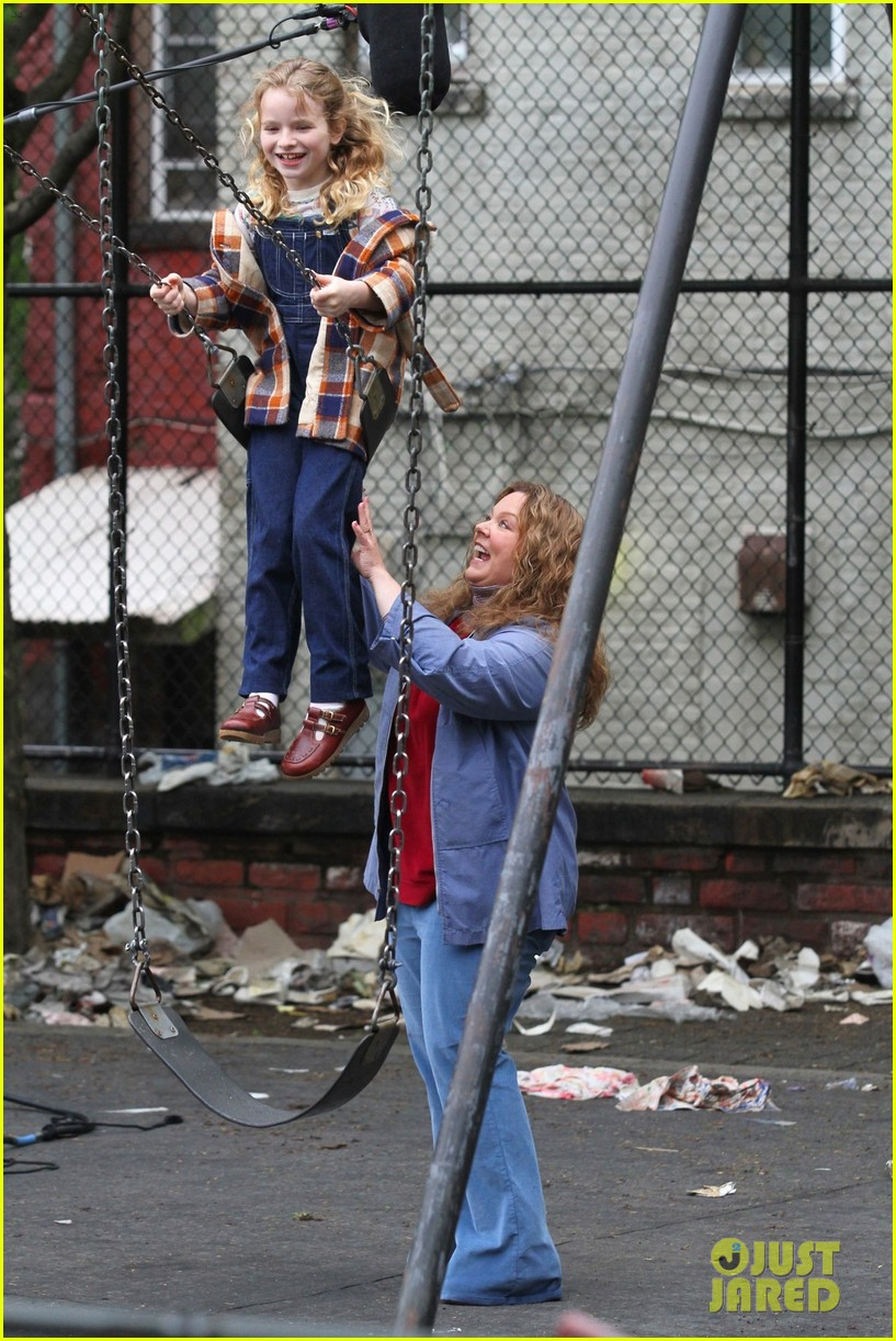 melissa-mccarthy-pushes-on-screen-daughter-on-swing-while-filming-the-kitchen-05