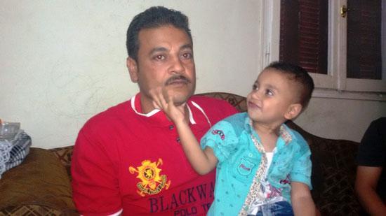 الاب-يحمل-طفلة-ويروى-المعاناة--(2)