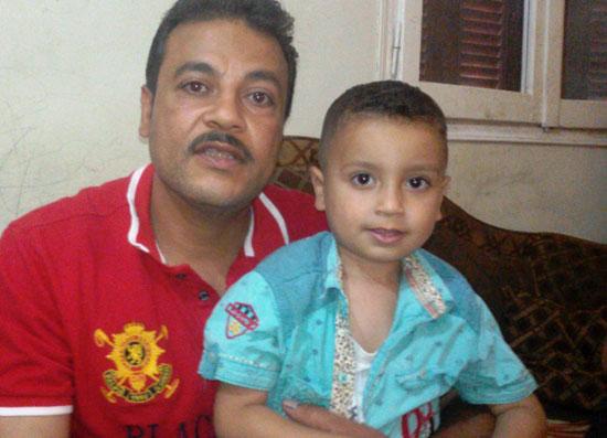 الاب-يحمل-طفلة-ويروى-المعاناة--(3)