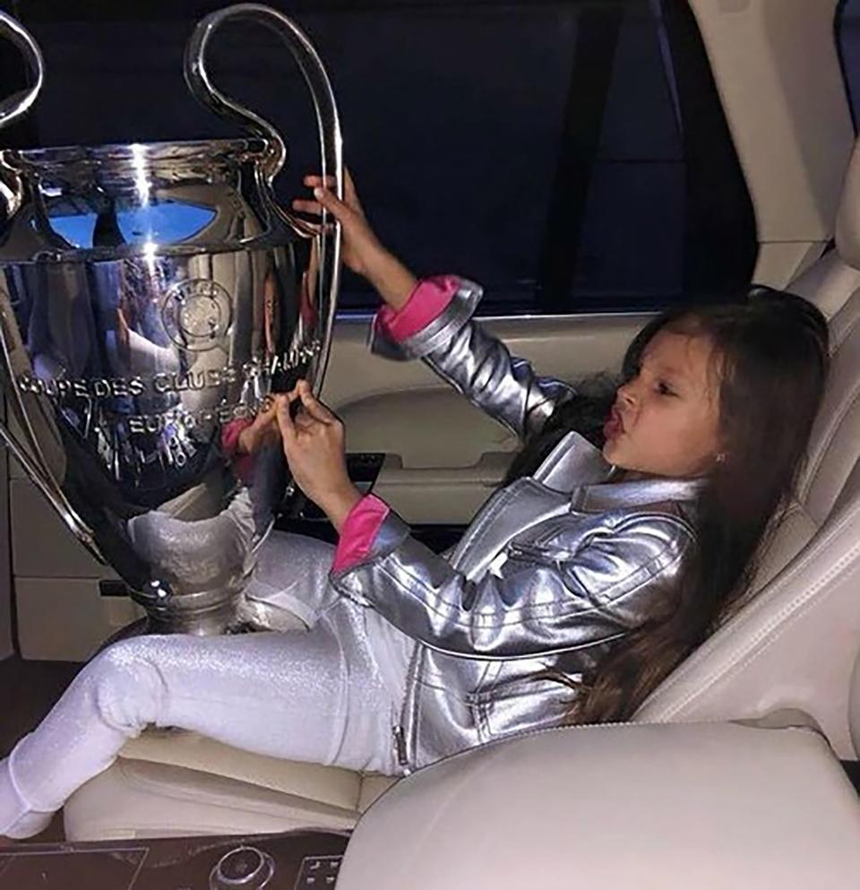 ابنة زوجة رئيس اتحاد كرة القدم فى أوكرانيا تقبل كأس دورى الأبطال (1)