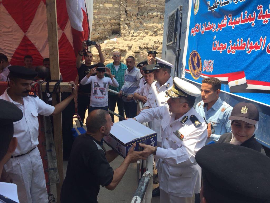 قيادات مديرية أمن القاهرة تشارك فى توزيع السلع الغذائية على المواطنين