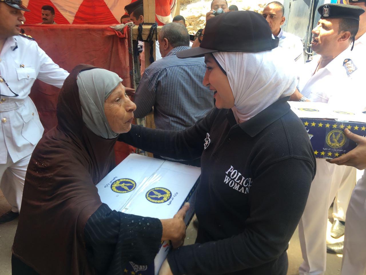 الشرطة النسائية تشارك فى توزيع السلع الغذائية على السيدات