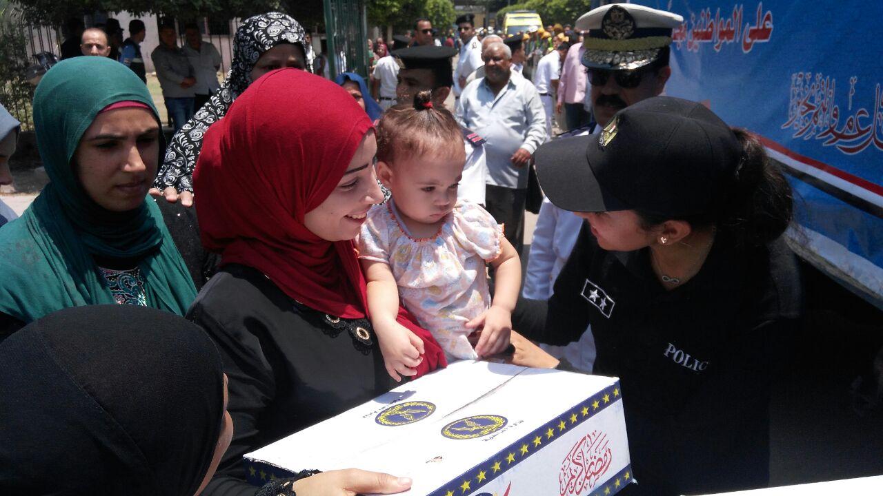 فرحة المواطنين بتوزيع الشرطة السلع الغذائية عليهم