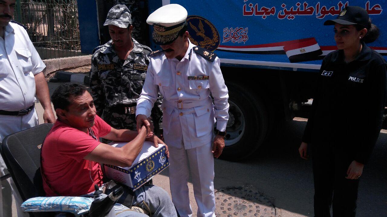 قيادات مديرية أمن القاهرة أثناء توزيع السلع على المواطنين