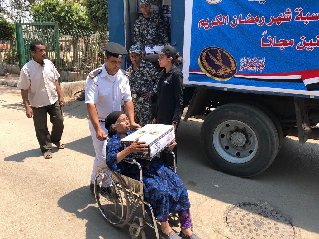 رجال الشرطة توزع السلع الغذائية على المواطنين وكبار السن