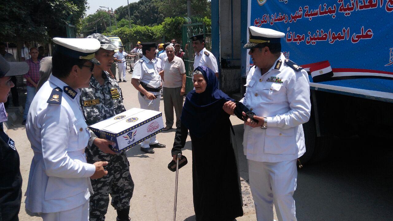 اللواء هشام لطفى أثناء توزيع السلع الغذائية على المواطنين وكبار السن