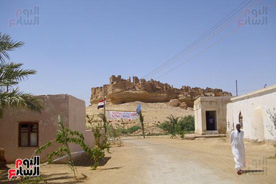 المبانى الأثرية للواحة القديمة فى الخلفية ومسجد الواحة يمين الصورة