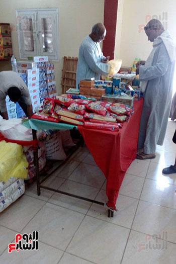 جانب من البيع والشراء داخل معارض أهلا رمضان بالأقصر