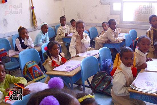 إقامة مدرسة بالواحة المعزولة ساهم فى تعليم أطفالها