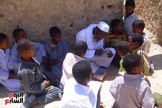 احد مشايح واحة أم الصغير يعلم الأطفال القرآن