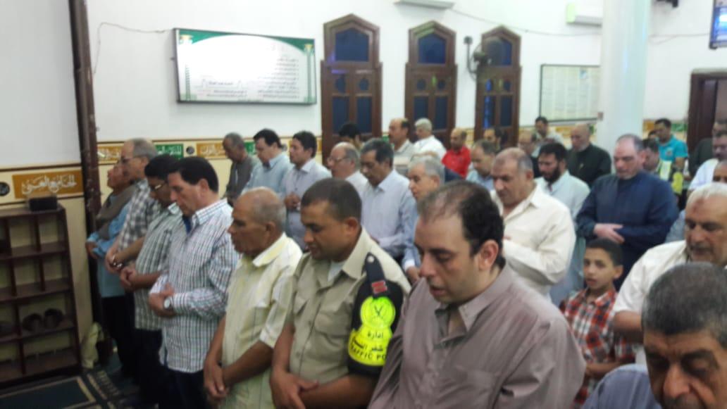 2- جانب من أداء المصلين لصلاة التراويح