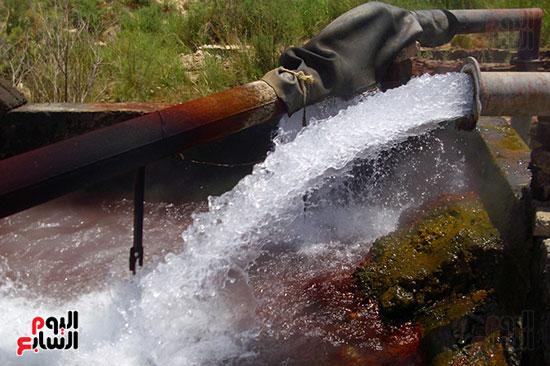 المياه الجوفية تندفع من باطن الأرض فى حالة غليان